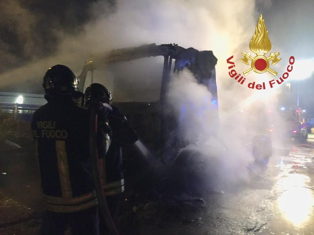 Camion in fiamme, si indaga sulle cause dell'incendio