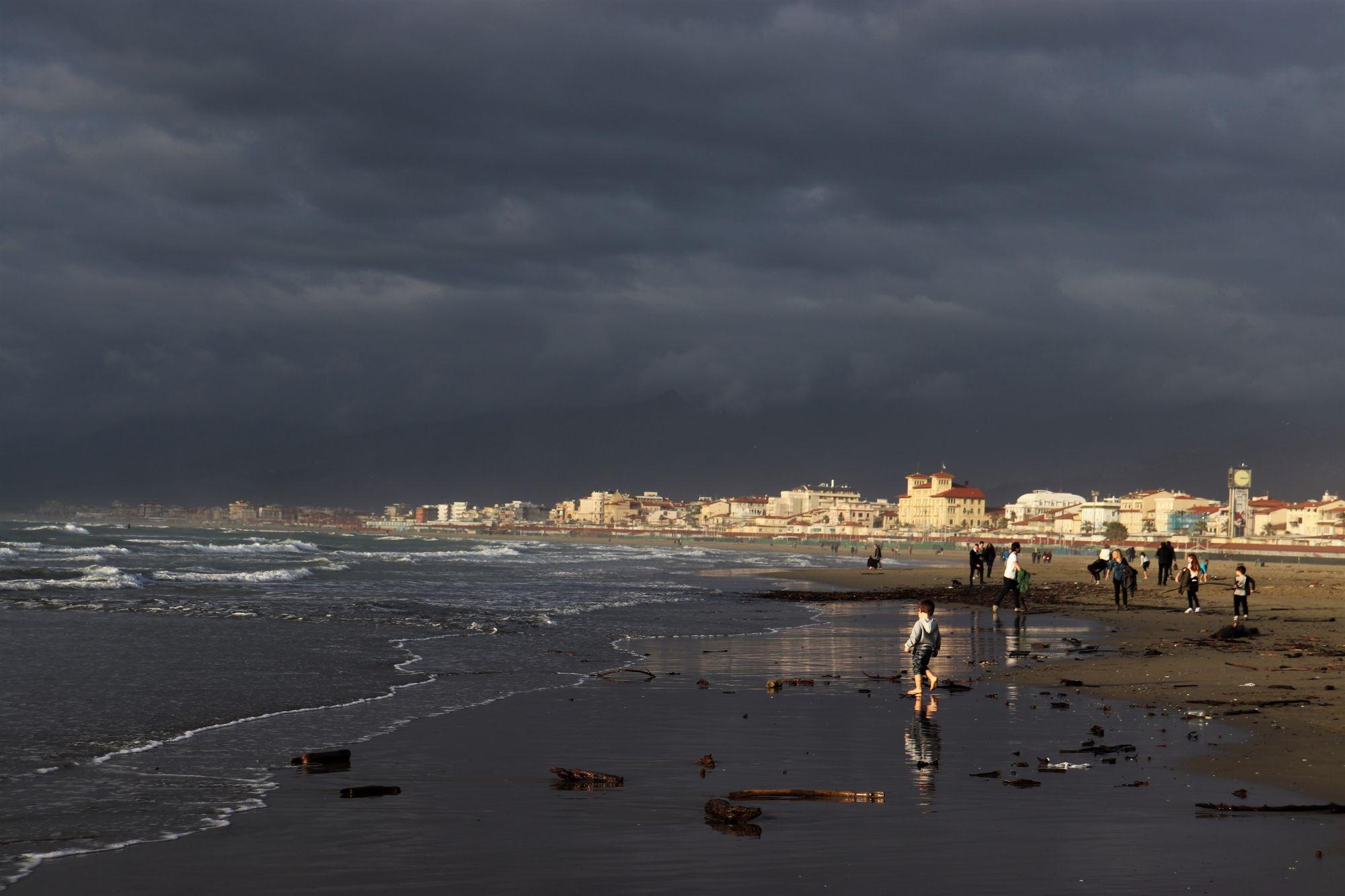 Maltempo in Versilia, problemi per il deflusso dell'acqua a causa del mare alto