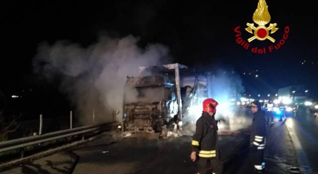 Notte di fuoco in autostrada, brucia camion che trasportava plastica