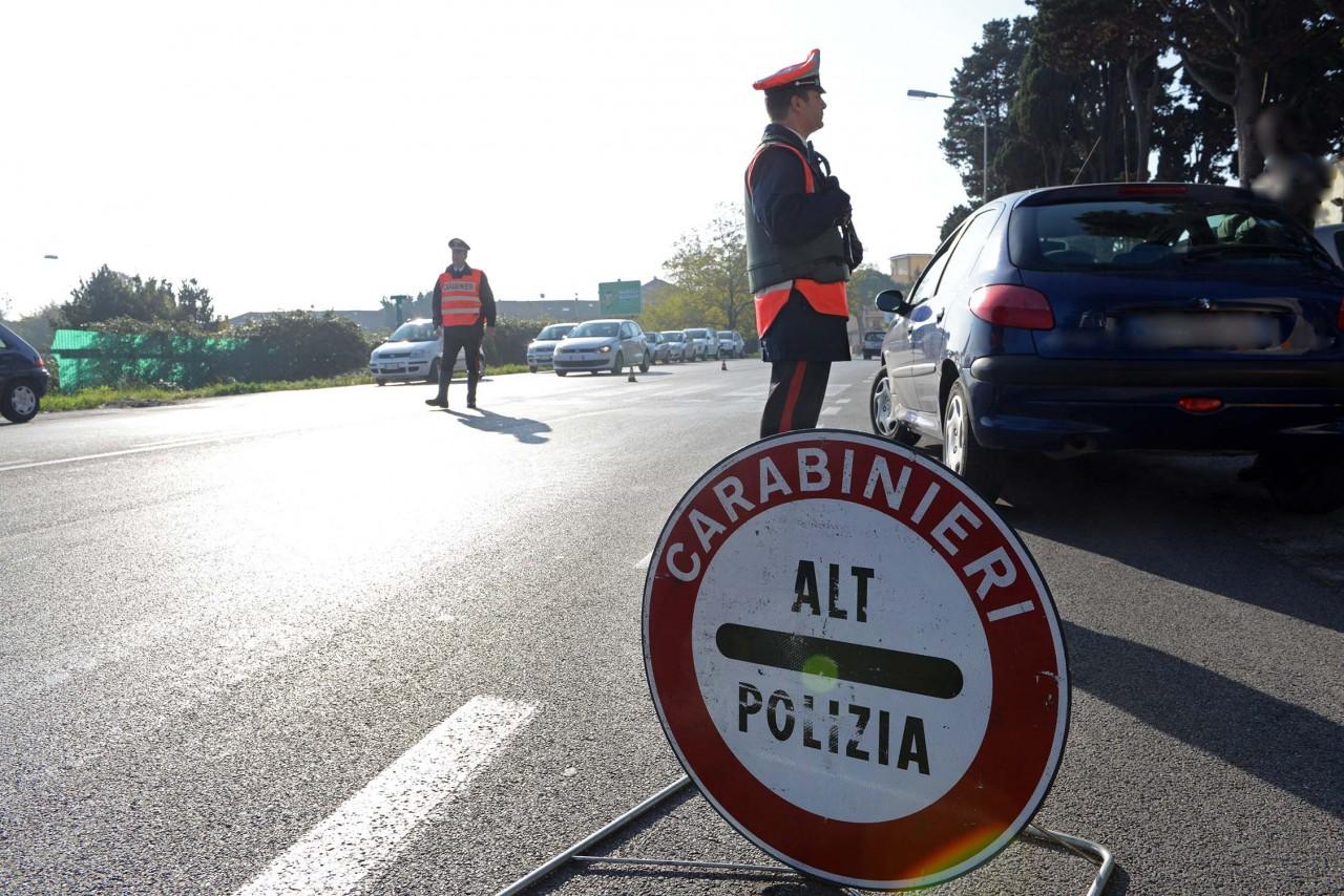A bordo di un'auto rubata, non si fermano all'alt e fuggono contromano: fermo di pg per 4 albanesi