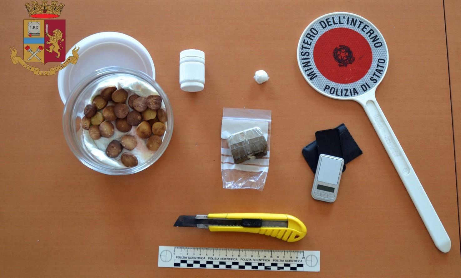 Beccato con la droga negli slip, in tasca aveva anche biscotti all'hashish: denunciato