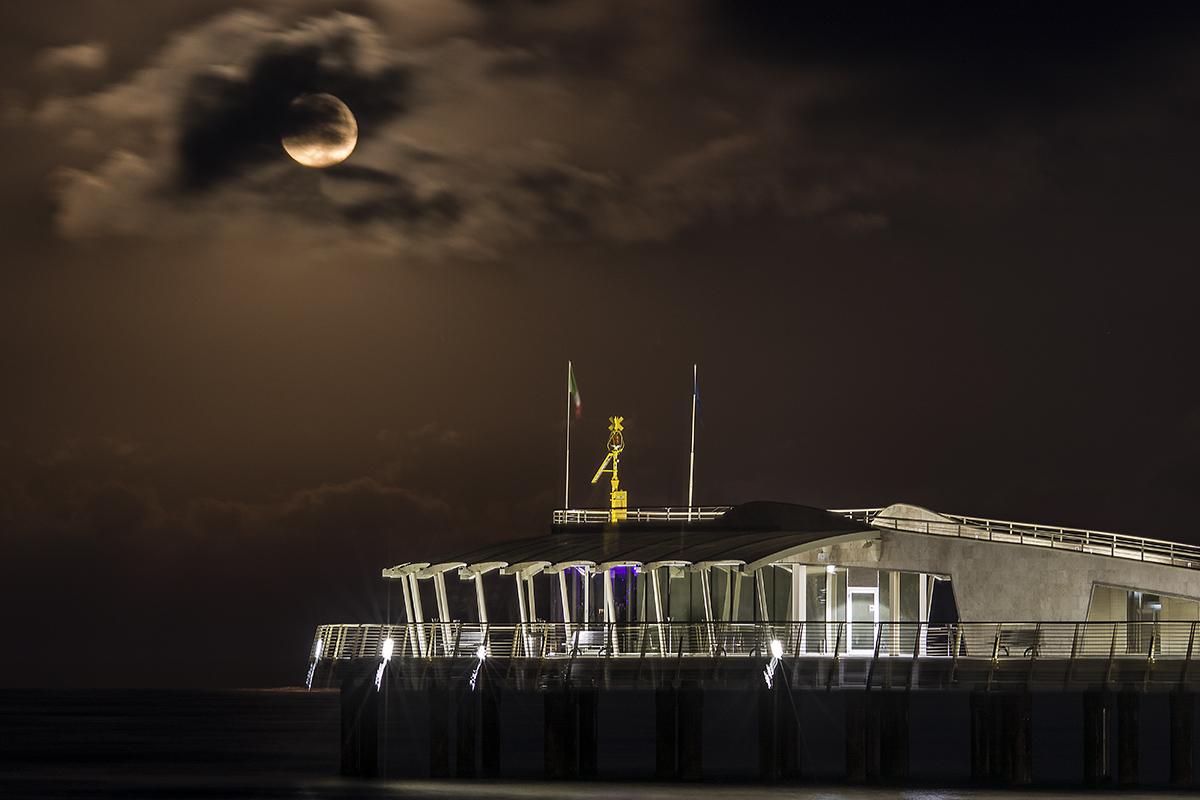 La luna sul pontile