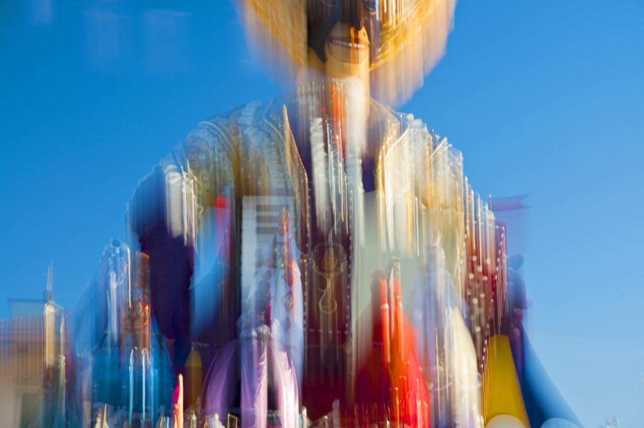 """""""Coriandoli, fantasie di donne e colori"""", a Villa Argentina la mostra fotografica di Carlo Lari"""