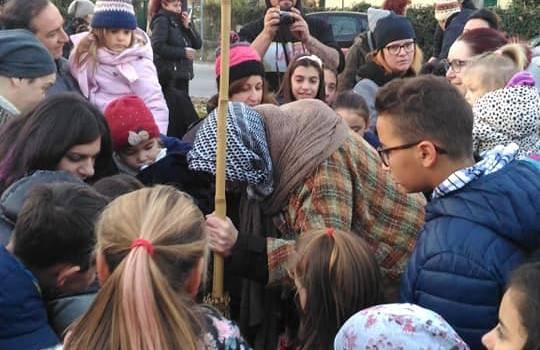 La Befana del Varignano mette da parte una calza per i bambini in mezzo al mare