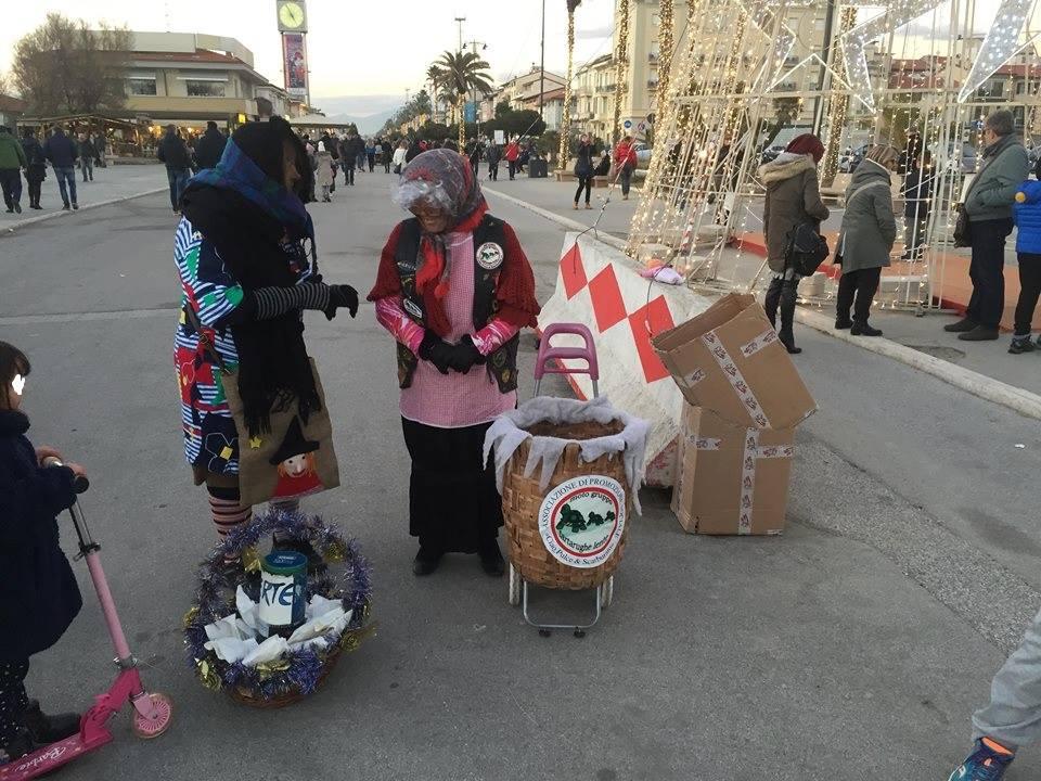 Successo per la befana delle Tartarughe Lente sul Belvedere delle Maschere a Viareggio