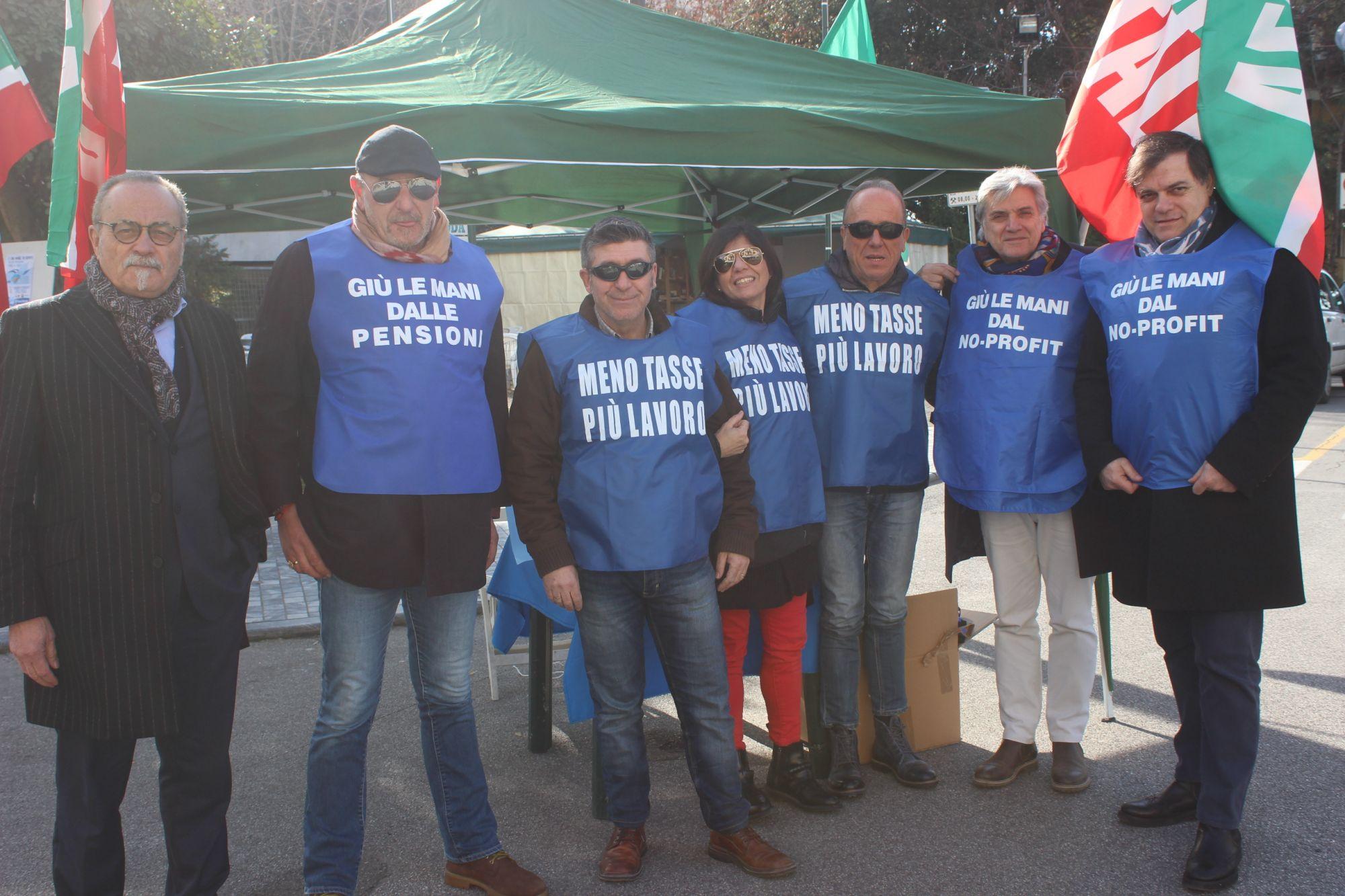 Tasse: 25 anni di Forza Italia, gazebo a Tonfano e gilet-blu contro Governo