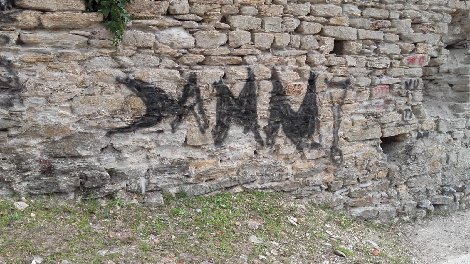 """Telecamere nell'area panoramica della Rocca di Sala, graffitari """"sfregiano"""" le mura"""