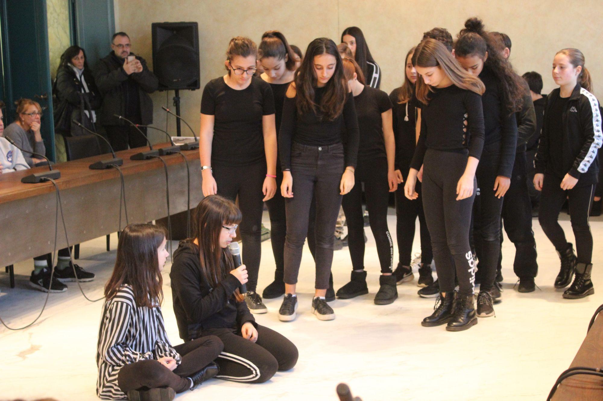 Giorno della Memoria: studenti-attori commuovo il consiglio comunale, da Anna Frank a La Vita è Bella