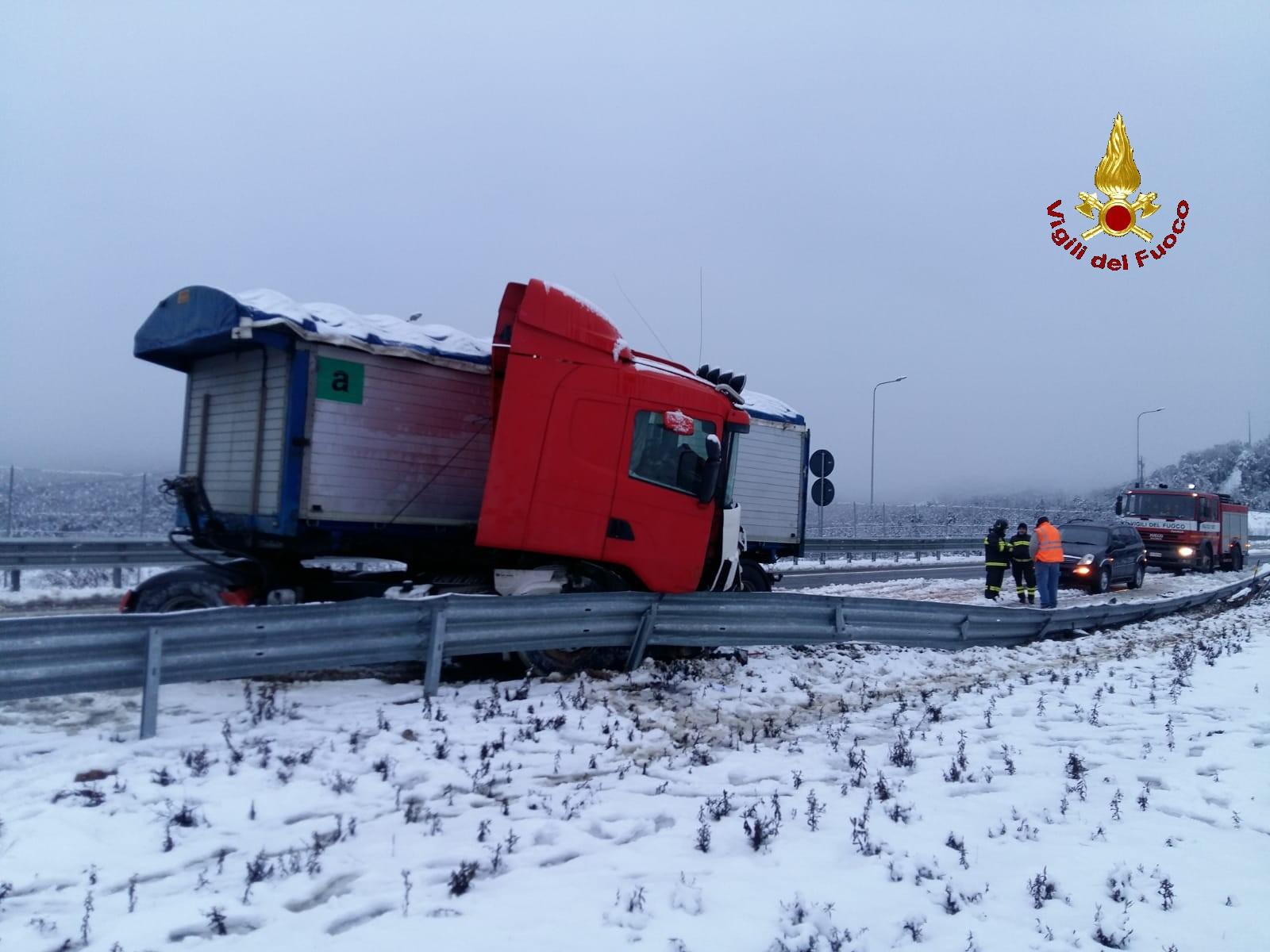 Neve: strade in tilt, mezzi pesanti bloccati e automobilisti in difficoltà
