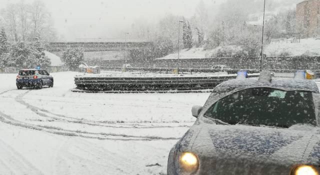 Partoriente bloccata nella neve scortata da una pattuglia del Rpc in ospedale