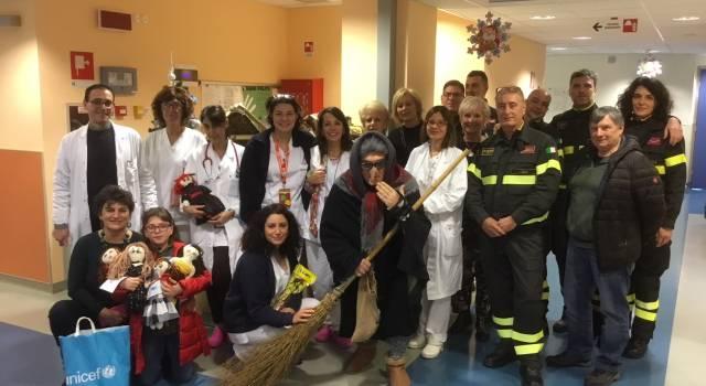 Grande festa in Pediatria per la Befana dei Vigili del Fuoco