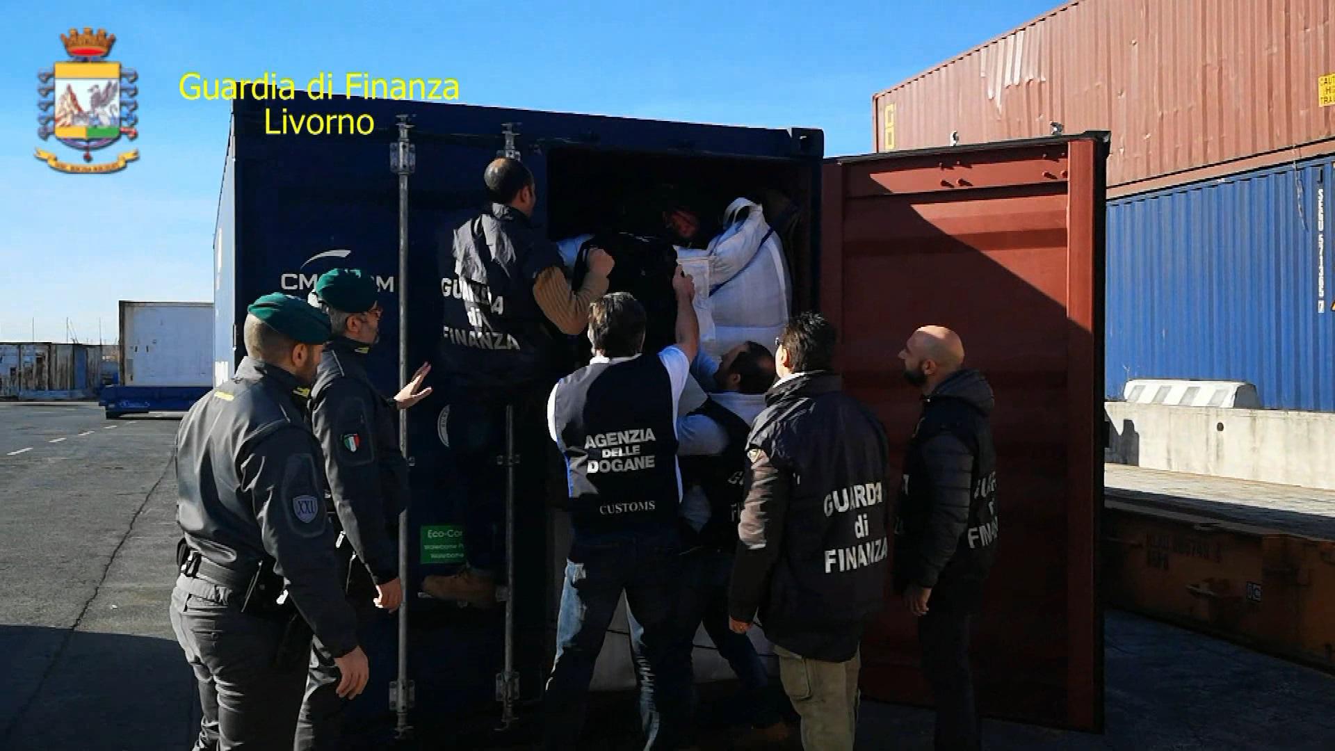 Cocaina tra i sacchi di caffè, sequestrati in porto 644 chili: valeva 130 milioni di euro