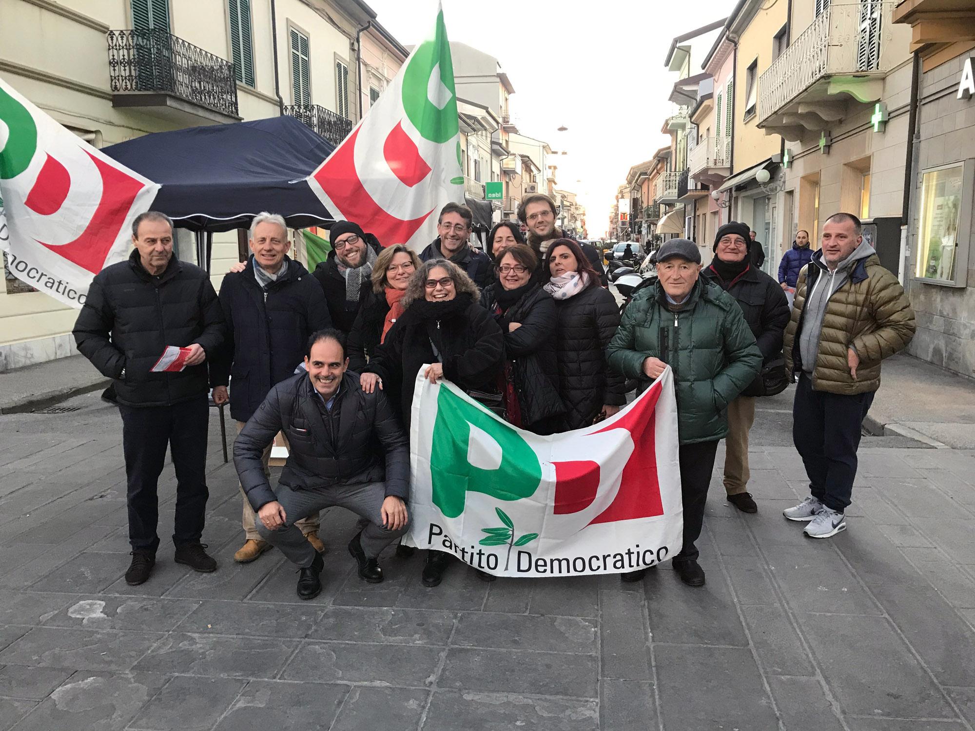 Protesta contro il Governo: gazebo del Pd a Viareggio