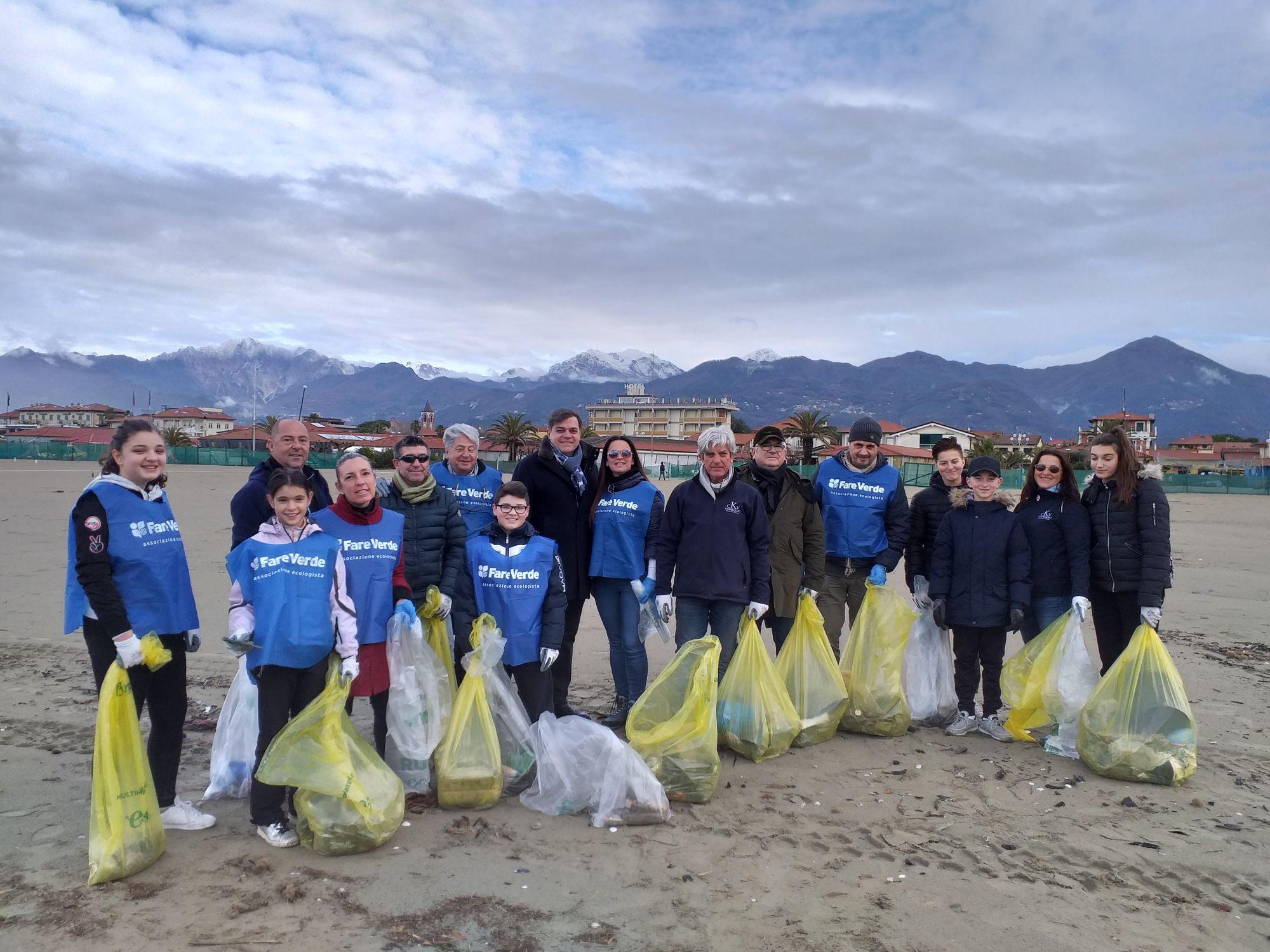 5 quintali di plastica sulla spiaggia di Tonfano: tra i rifiuti anche un barchetta in resina