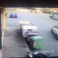"""Motorino a terra col cavalletto rotto e danni per 250 euro: """"Chiedo aiuto per trovare il responsabile"""""""