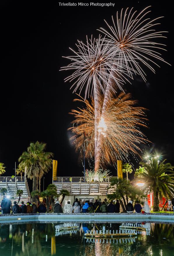 I fuochi d'artificio del terzo corso di Carnevale nei clic di Mirco Trivellato