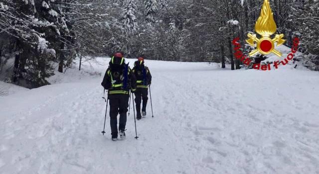 Colto da malore in montagna, raggiunto con gli sci e le ciaspole