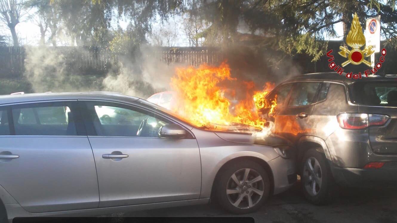 4 auto a fuoco: il rogo divampato a causa di un probabile corto circuito
