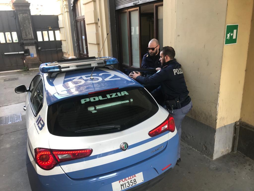 Arrestati dalla Polizia due ladri: derubavano le vittime con la tecnica dell'abbraccio