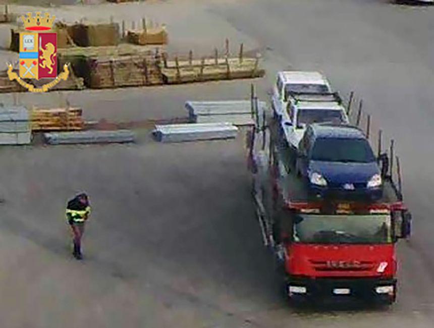 Trasporta rifiuti pericolosi ma non lo segnala: fermato dalla Polstrada
