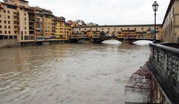 Sottrae uno smartphone a turisti americani e lo lancia nell'Arno tentando la fuga: la Polizia di Stato arresta giovane 32enne