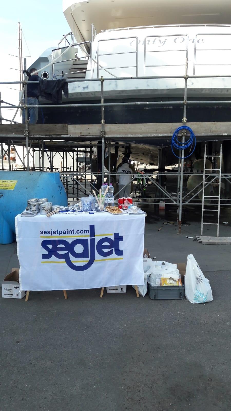 Antivegetative Seajet sotto esame in Darsena a Viareggio. Il marchio apre in città