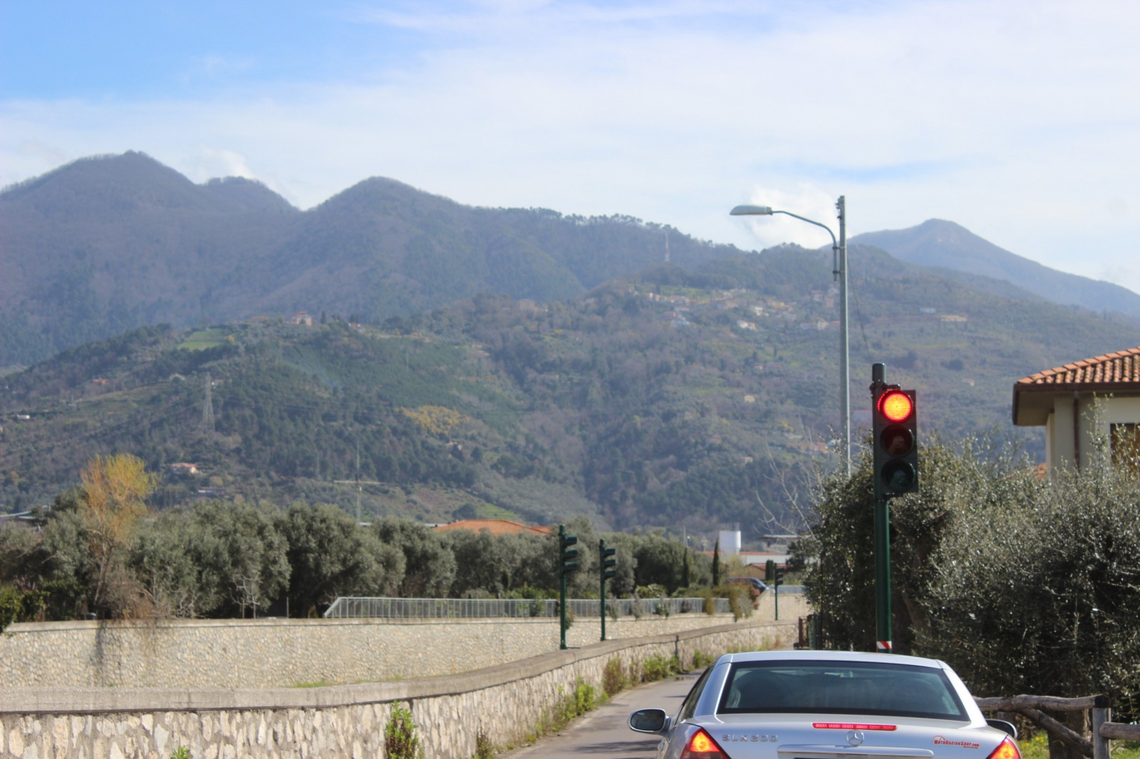 Ponterosso: acceso il semaforo veloce in via Lungo Fiume, stop a far west e automobilisti prepotenti