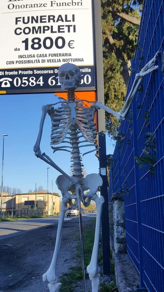 Scheletro sulla via Aurelia a fianco dell'ospedale: scherzo di pessimo gusto o protesta?