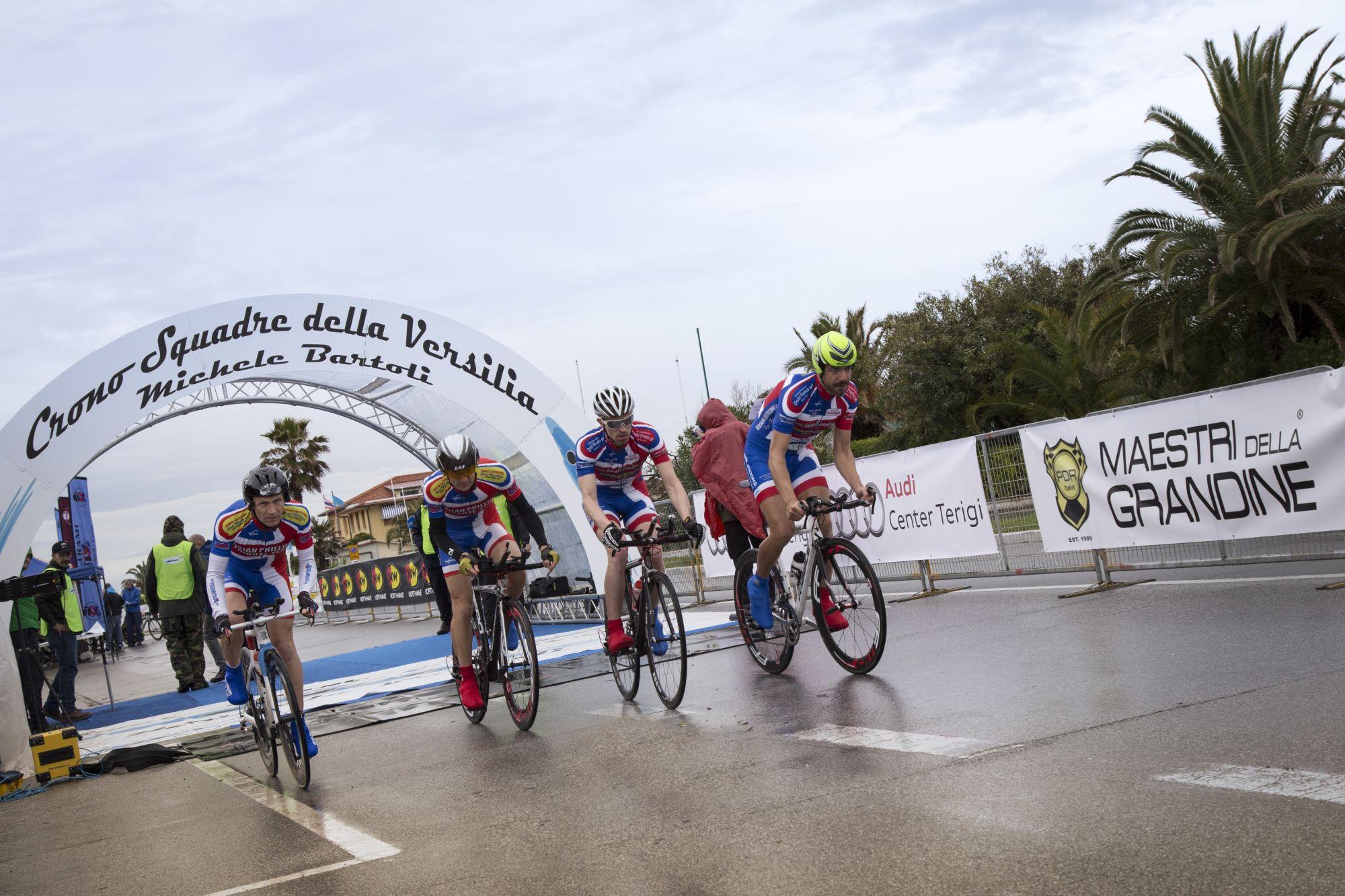 Incidente alla Tirreno-Adriatico, pedone investito da ciclista