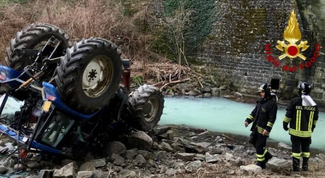 Cade nel fiume col trattore, tragedia sfiorata