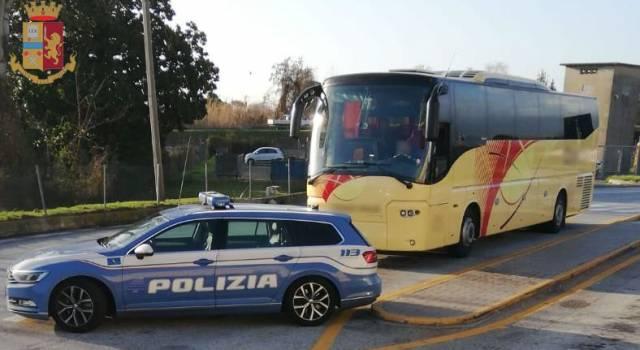 Guida il bus in A/12 con la patente scaduta: sgamato dalla Polstrada