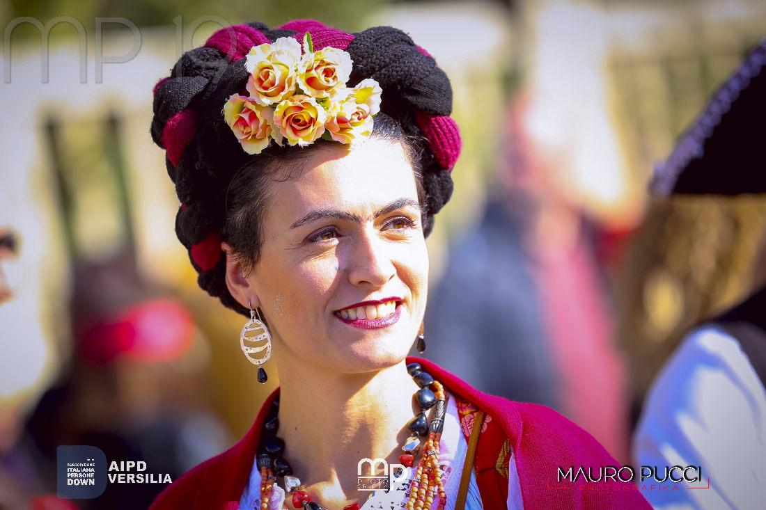 """L'euforia del Carnevale di Viareggio invade Milano, festa messicana con """"Adelante"""""""