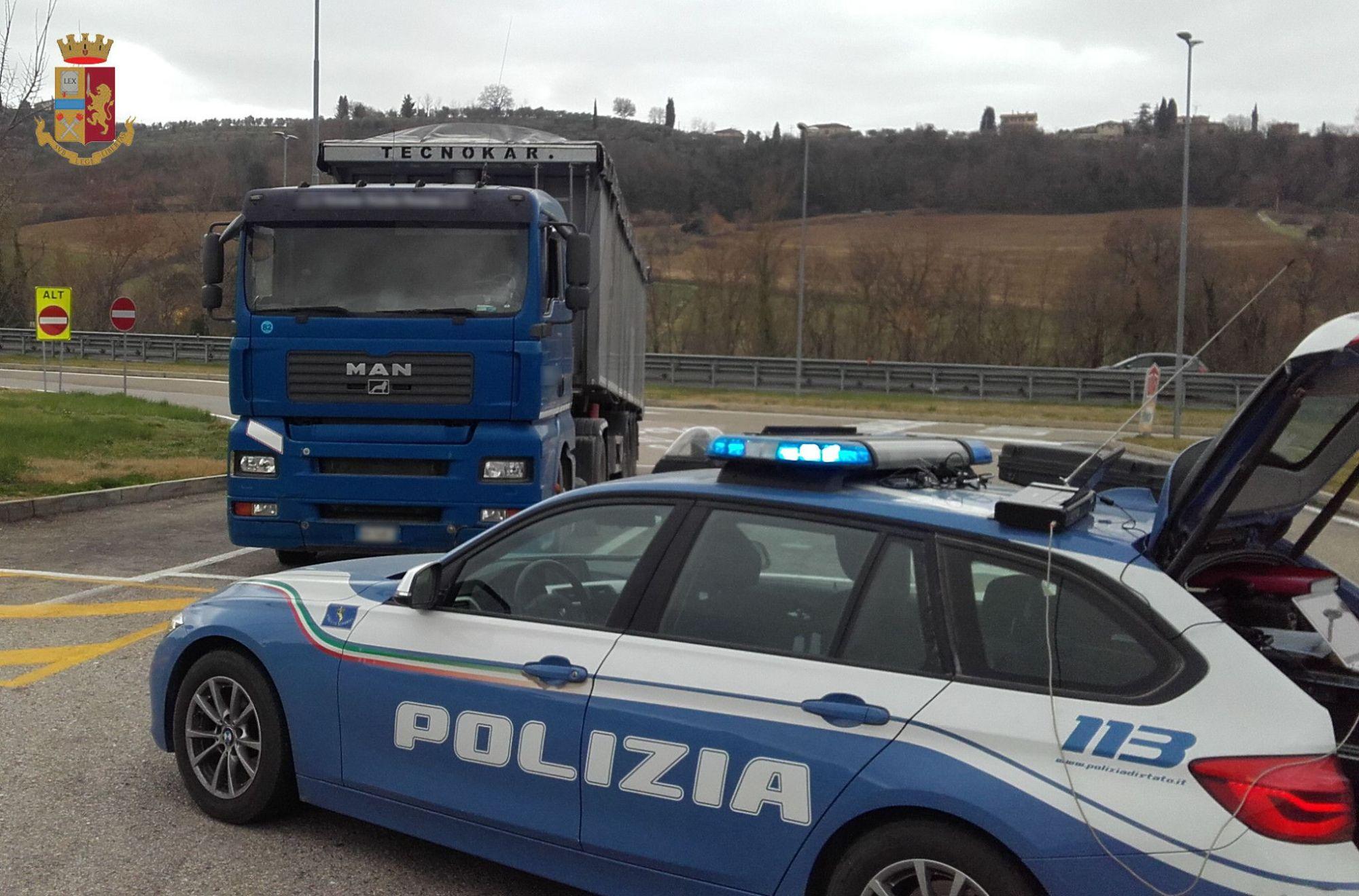 Porta rifiuti ma non è in regola: multato dalla Polstrada con 2.000 euro