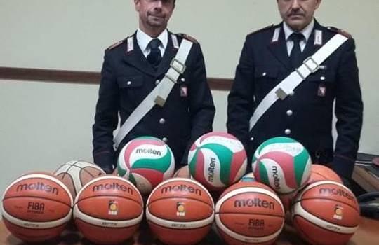 Cerca di vendere su internet palloni rubati in palestra, 14enne denunciato