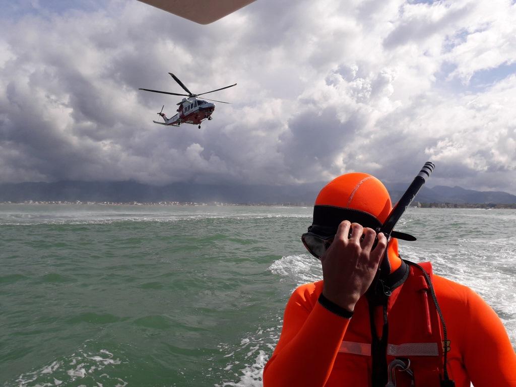 Naufrago in mare, esercitazione della Guardia Costiera a Viareggio