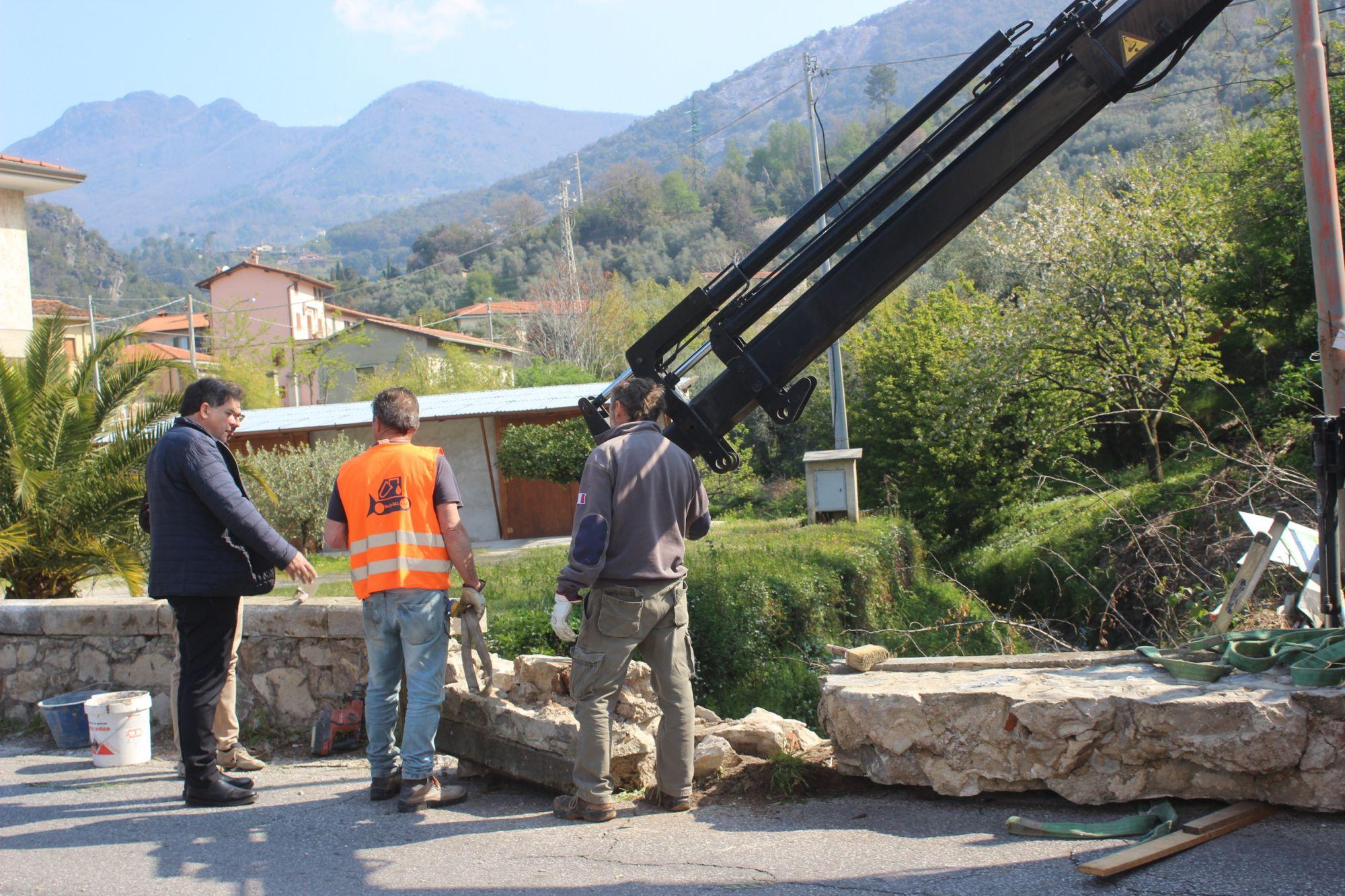 Nuovo parapetto in cemento in via Provinciale Vallecchia, in corso intervento