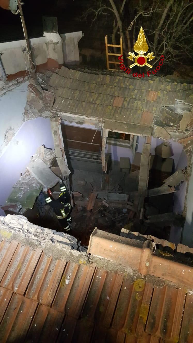Crolla il tetto di un podere, 3 famiglie evacuate
