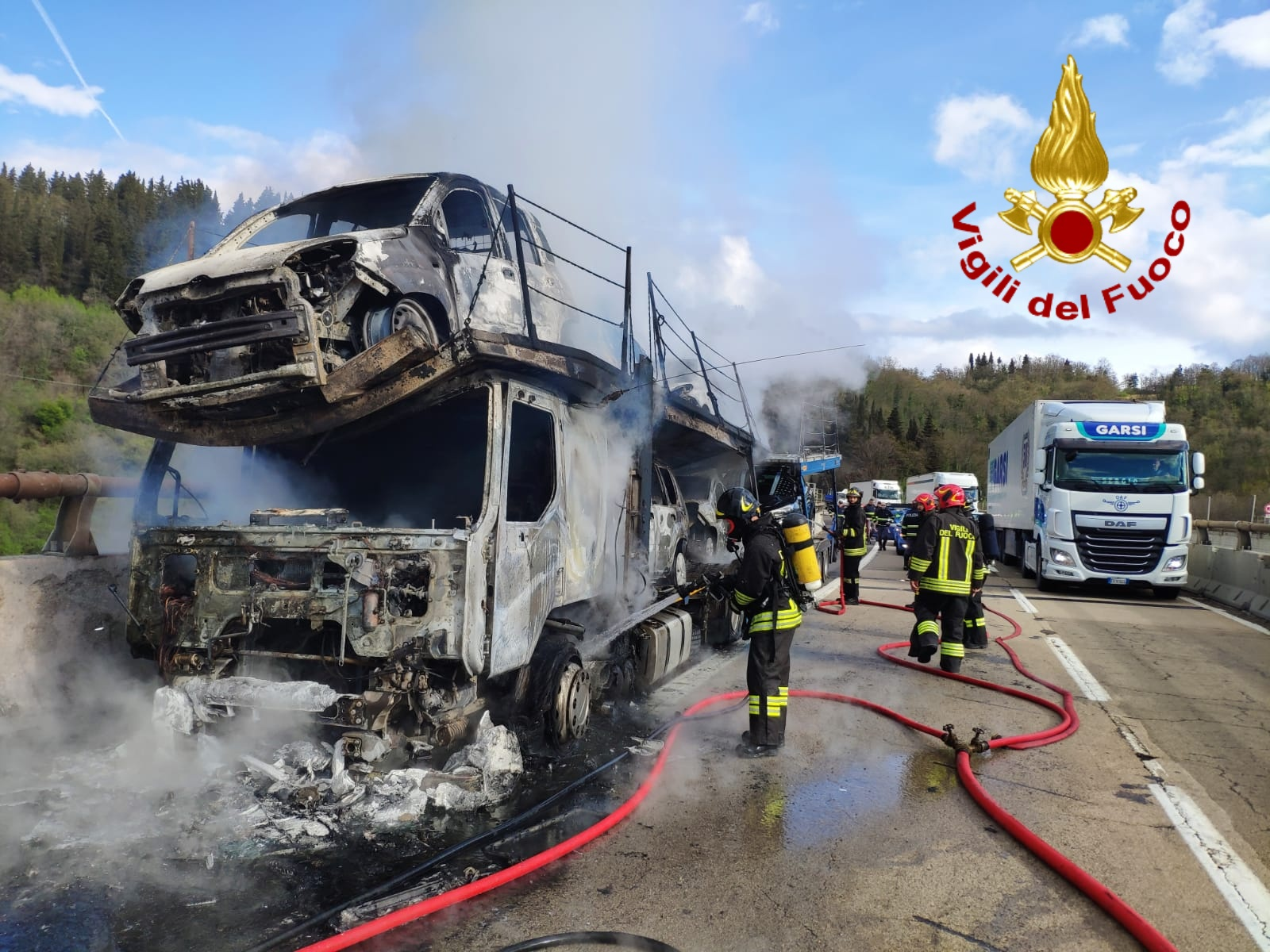 Bisarca a fuoco in A1, autostrada in tilt