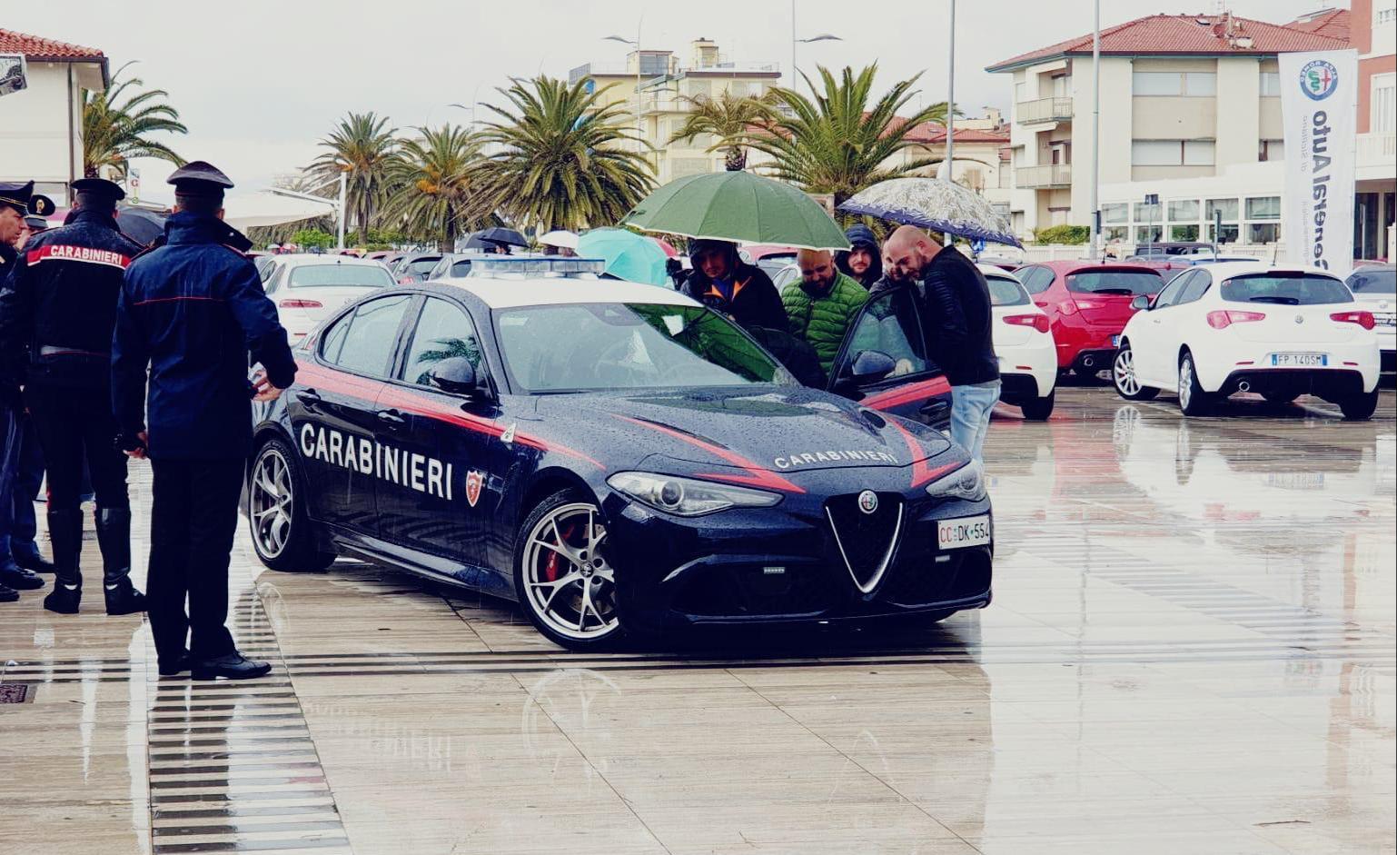 Carabinieri in Versilia con l'Alfa Romeo Giulia Quadrifoglio Verde, in dotazione al Nucleo Radiomobile di Roma