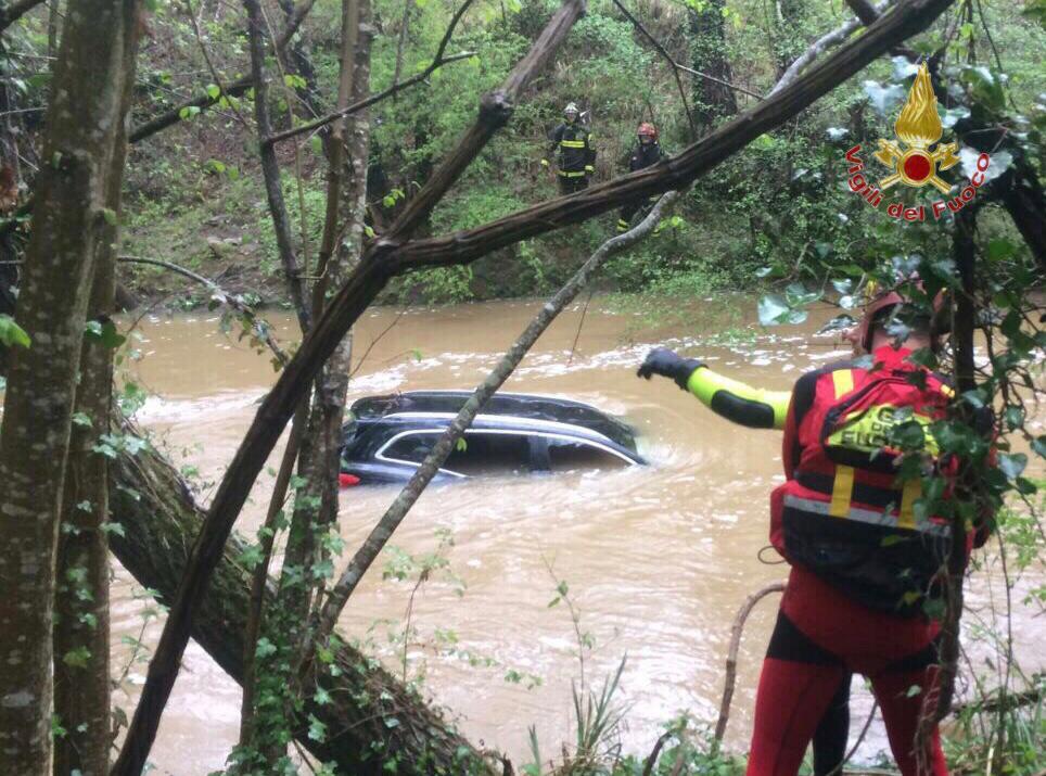 Auto inghiottita dal fiume in piena, ritrovato il cadavere della donna