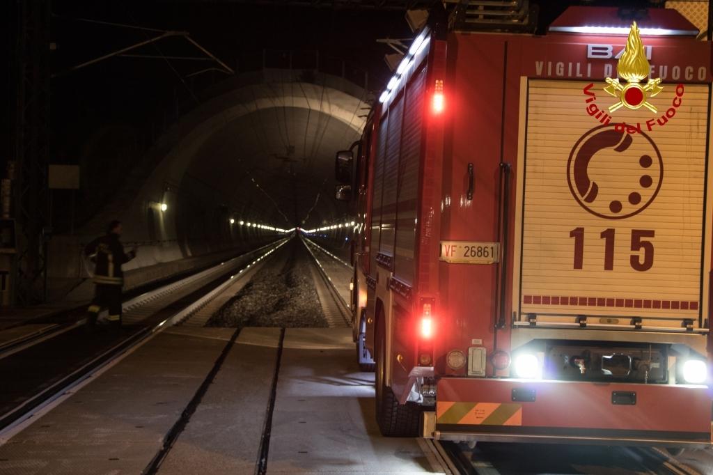 Scossa di terremoto di magnitudo 6.2, bloccati in galleria 2 treni