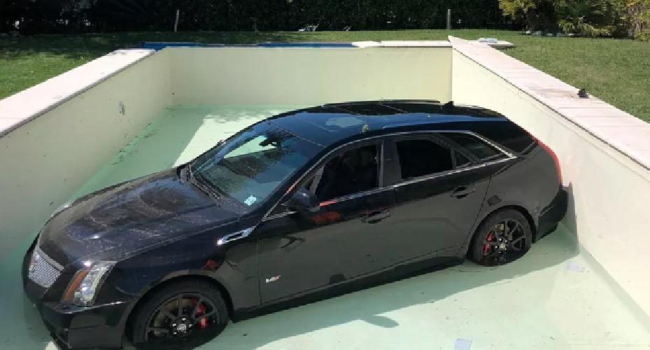 Cadillac in piscina, identificato il giovane che era alla guida