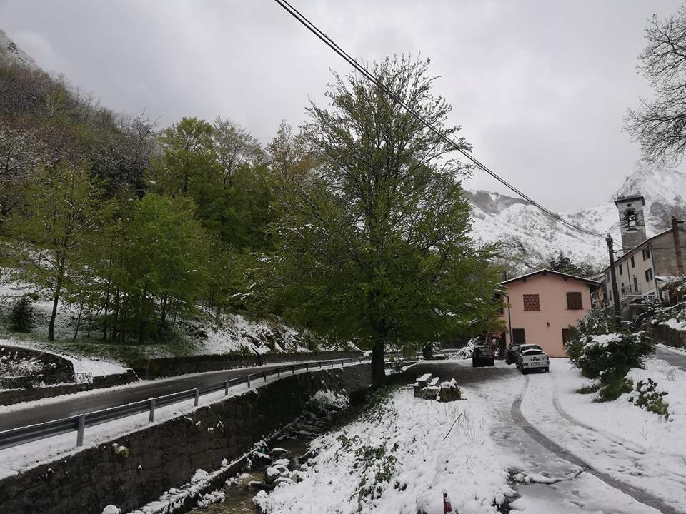 Previsioni meteo azzeccate: neve ad Arni e mareggiate sulla costa