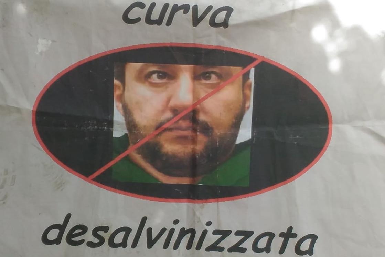 """""""Curva desalvinizzata"""", striscione al Palasport di Viareggio contro il ministro degli Interni"""