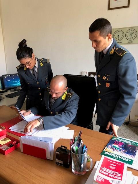 GdF da Massa a Viareggio: sequestrati 4mila accessori per la telefonia