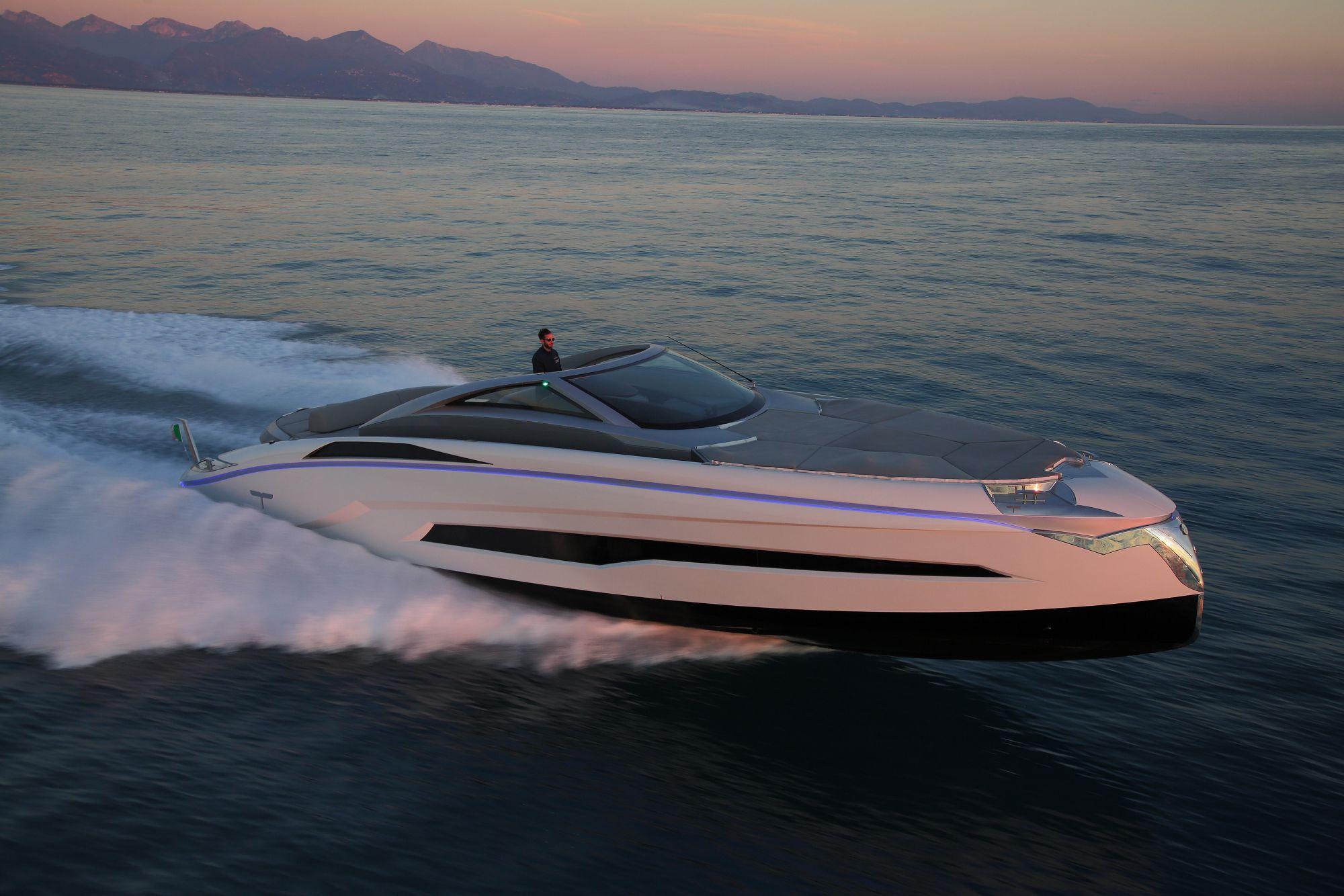 "Versilia Yachting Rendez-Vous: superyacht 16 metri ""attracca"" in Piazza Duomo"