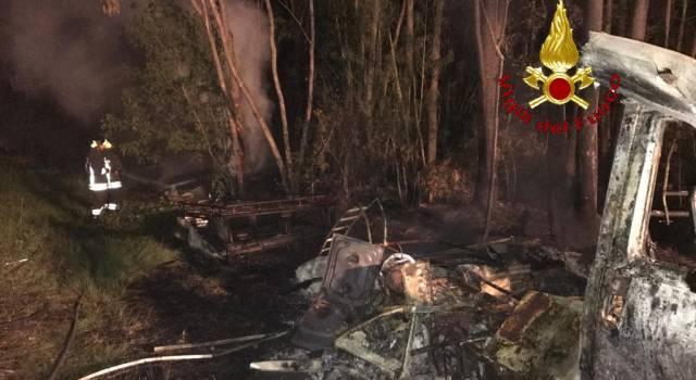 Rogo in un boschetto: distrutti un camper, un semirimorchio e un modulo abitativo