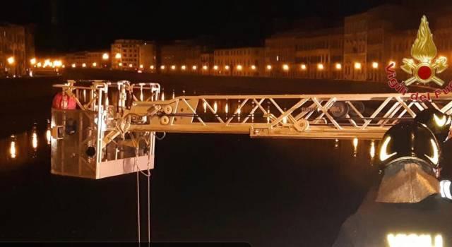 Cade in Arno e precipita per 6 metri: giovane in ospedale