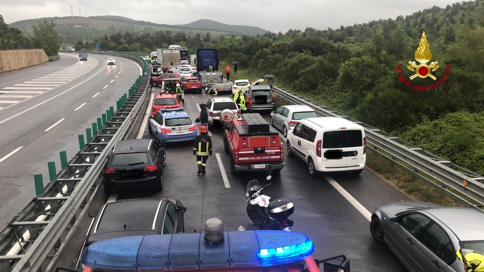 Carambola tra 10 auto e tre mezzi pesanti: Senese in tilt