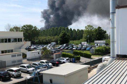 Capannone a fuoco, la densa nube di fumo nero visibile anche dal porto